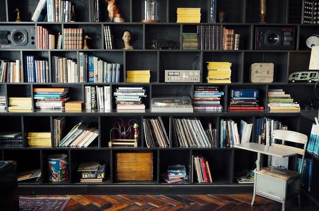 bookshelf-413705_1280